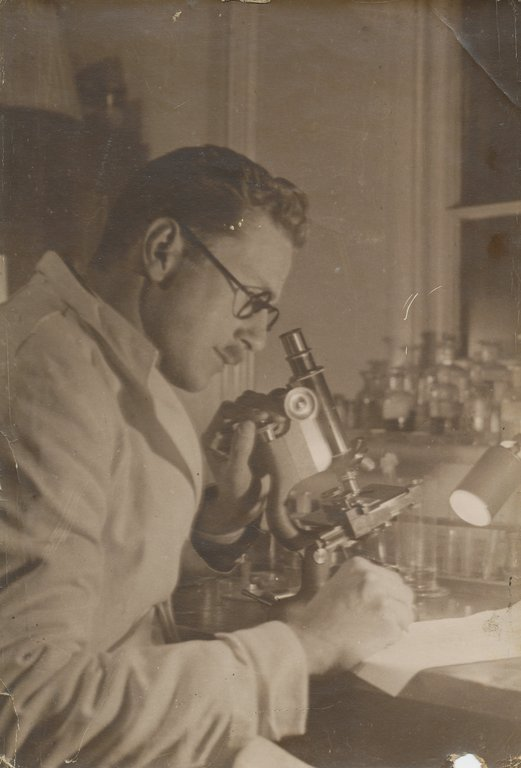 Alister Hardy working in a Laboratory DUNIH 2017.2.40