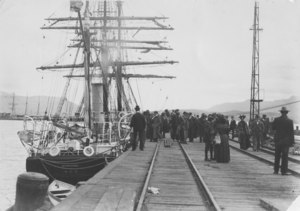 Image of Morning in Lyttelton, Discovery Relief Expedition DUNIH 2008.44.1