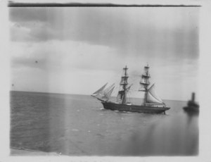 Image of Photograph of ships at Dundee harbour DUNIH 2009.26.2