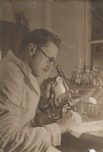 Image of Alister Hardy working in a Laboratory DUNIH 2017.2.40
