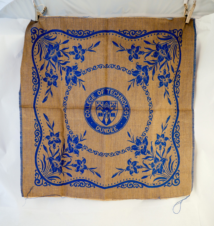 Linen sample with Dundee Technical college crest DUNIH 2009.67.27