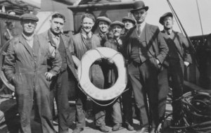"""Image of Photograph of men on deck of """"Discovery"""" DUNIH 2008.78.2"""