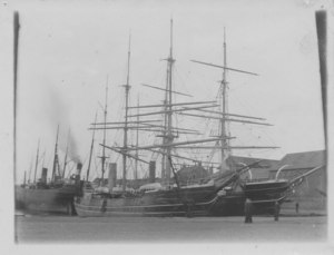 Image of Ships at Dundee harbour, Discovery and Esquimaux DUNIH 2009.26.12