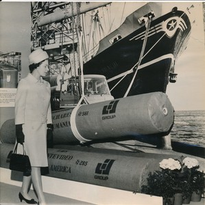 Image of Photograph of the Queen looking at Sidlaw's products, May 1969 DUNIH 2017.16.2.30